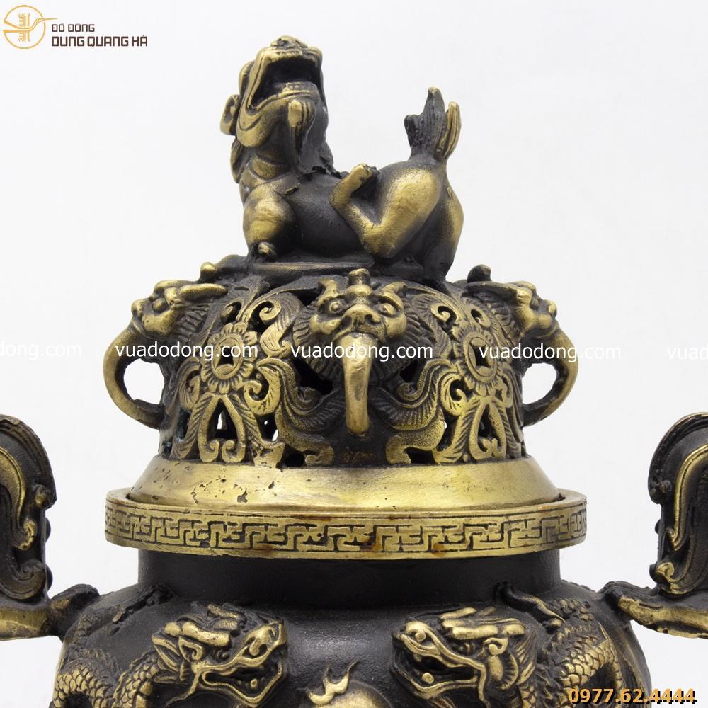 Lư đốt trầm bằng đồng vàng hun chạm hoa văn rồng nổi với con nghê trên nắp đỉnh