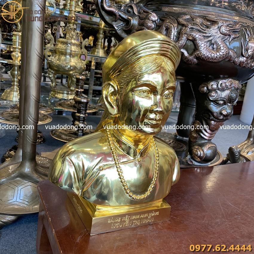 Tượng chân dung cụ bà mạ vàng