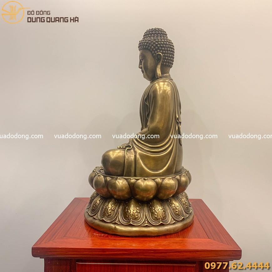 Tượng phật A Di Đà ngồi trên bục gỗ khắc hình chữ Vạn - đồng vàng hun