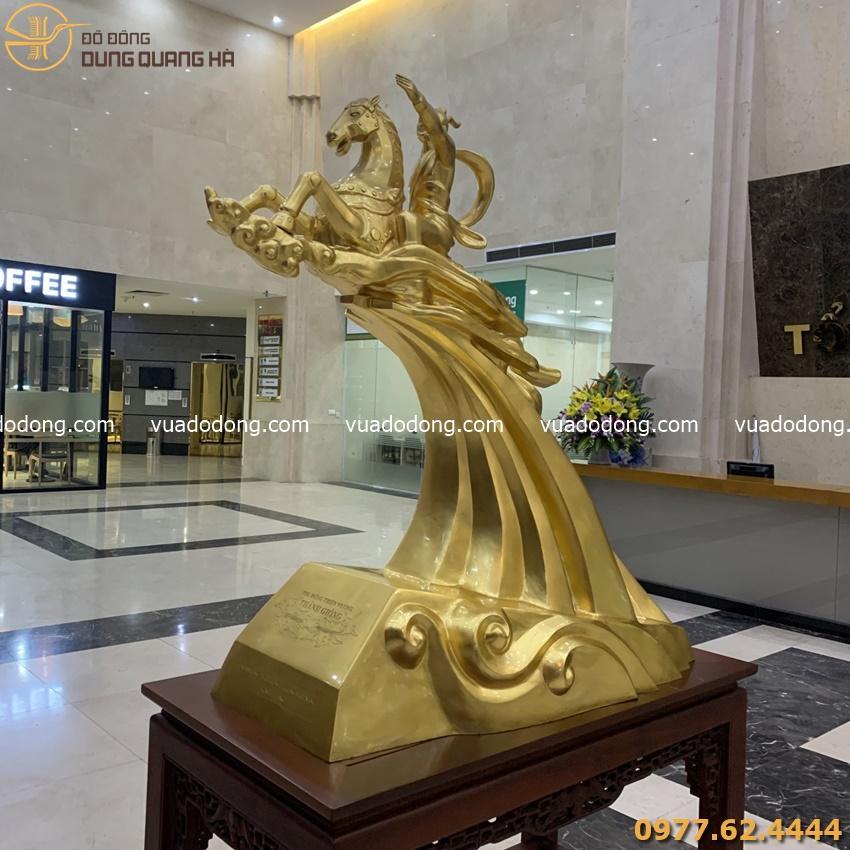 Tượng Thánh Gióng bằng đồng vàng cát tút
