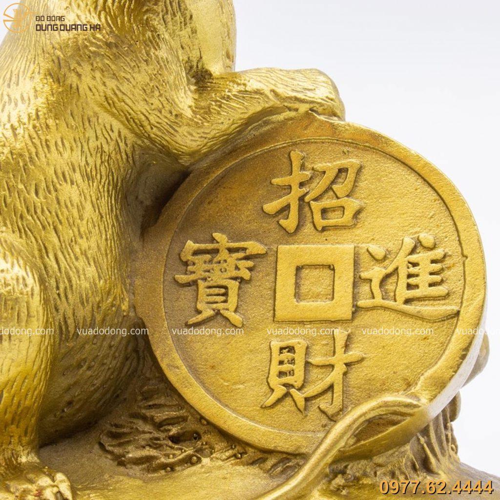 Chuột ôm tiền xu bằng đồng vàng mộc
