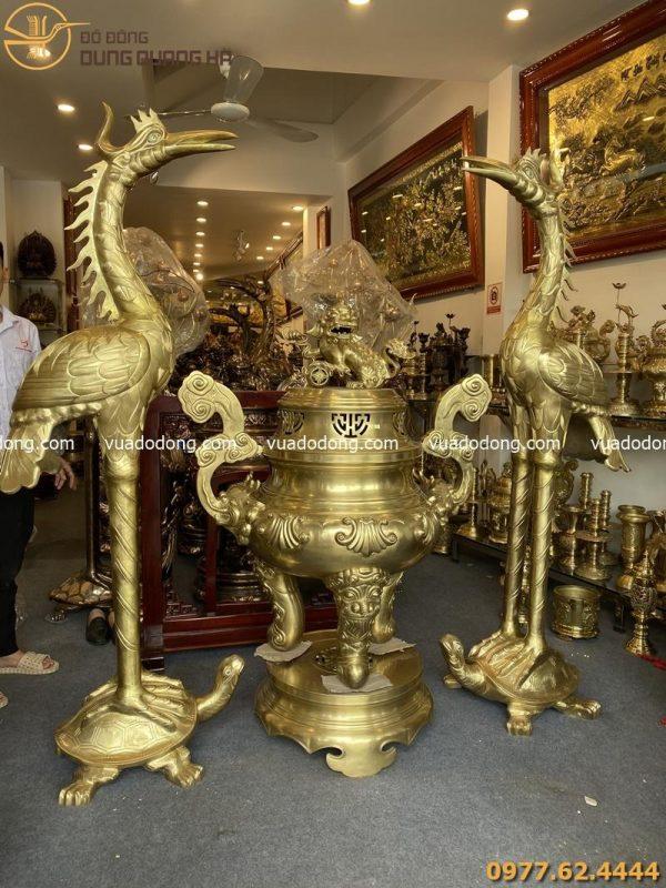 Đôi hạc thờ và đỉnh mao rồng với thiết kế bắt mắt