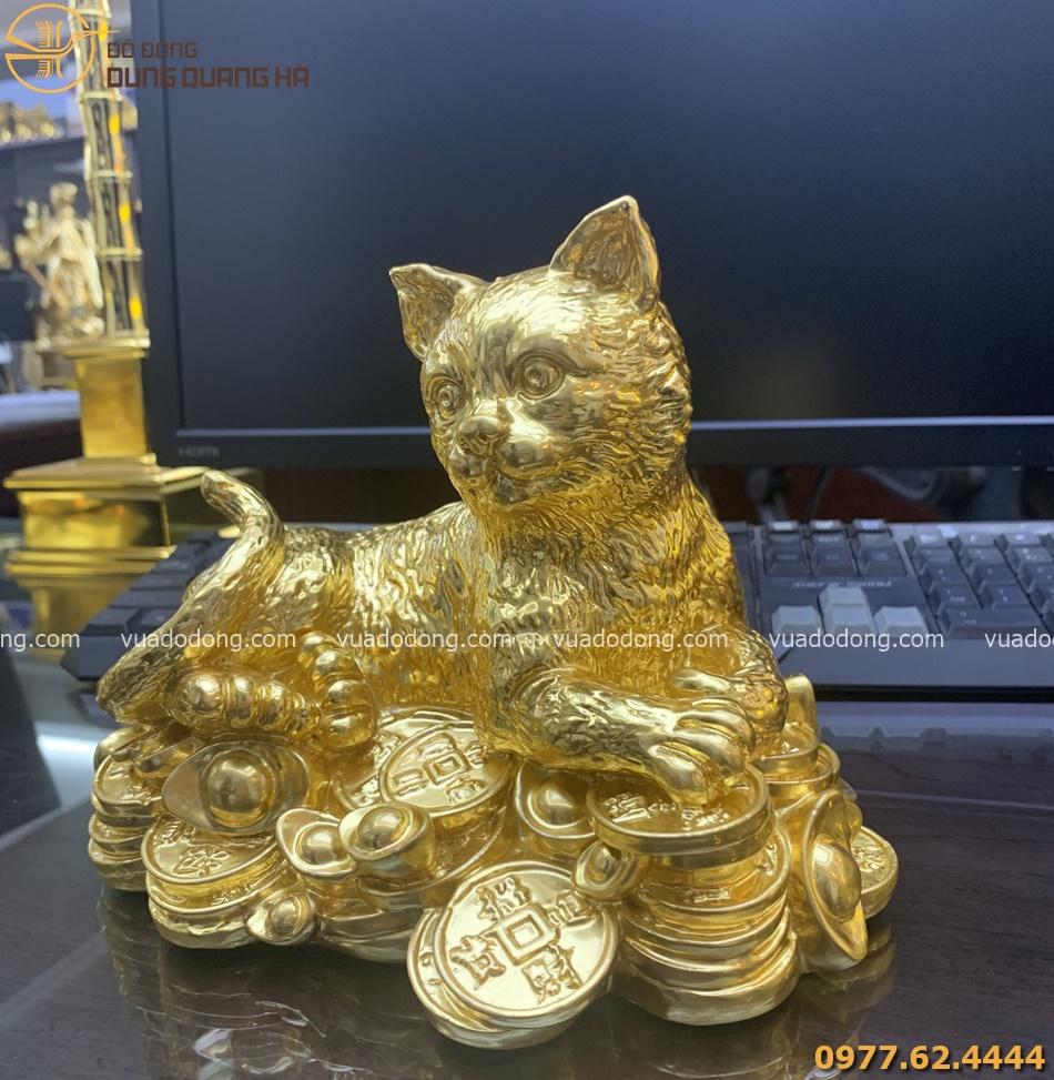 Tượng mèo nằm trên tiền vàng dát vàng 9999 chiều cao 14cm, ngang 20cm