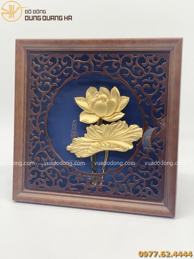 Tranh lưu niệm hoa sen mạ vàng khung giả gỗ hoa văn tinh xảo