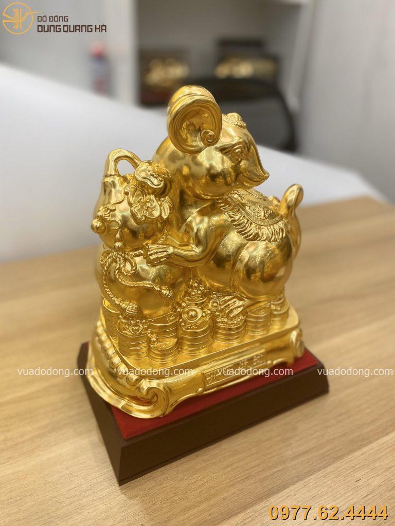 Tượng chuột ôm hồ lô dát vàng với có thiết kế rất ấn tượng