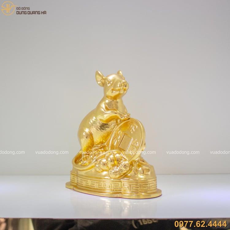 Tượng chuột ôm tiền xu thếp vàng có thiết kế độc đáo