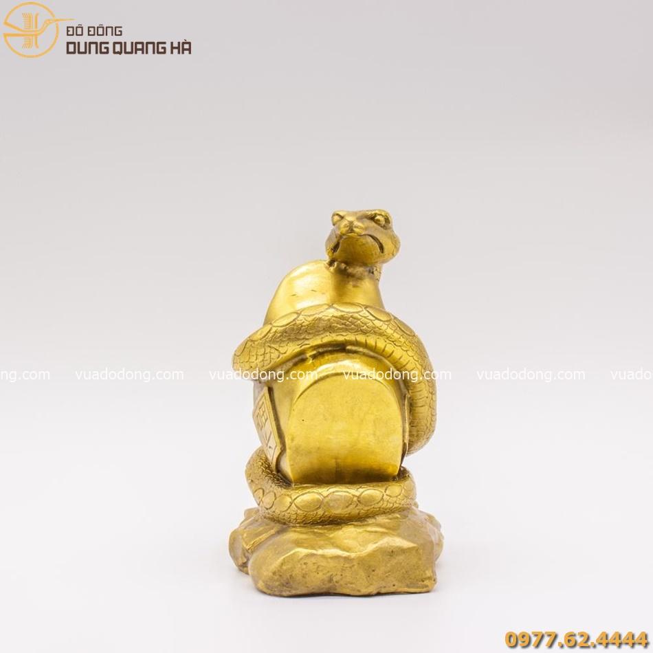 Tượng rắn cuốn thỏi vàng bằng đồng có tạo hình bắt mắt