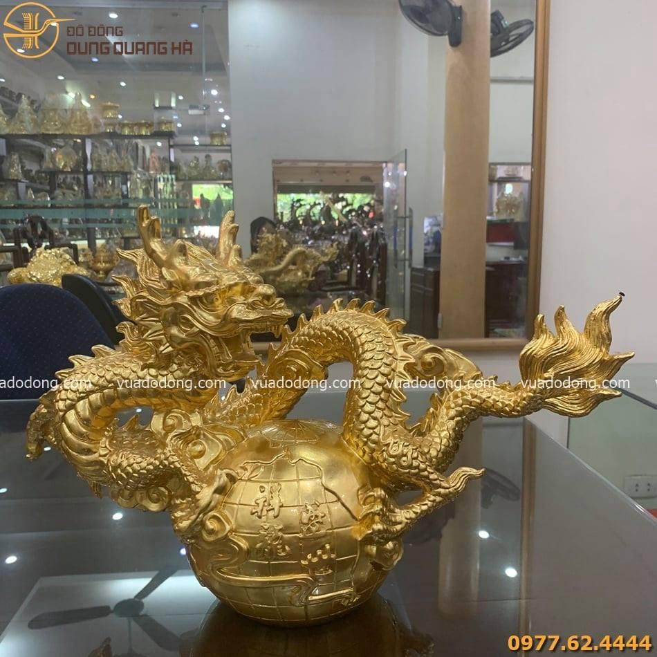 Tượng rồng cuộn quả địa cầu dát vàng với thiết kế độc đáo