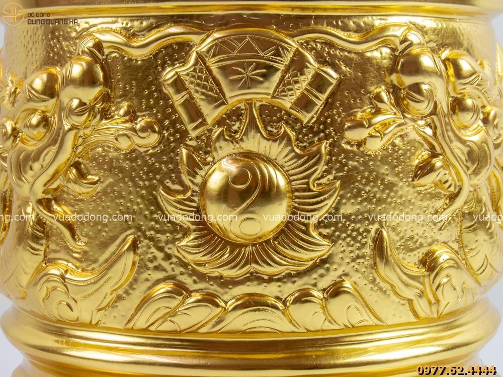 Bát hương song long bát quái thếp vàng với các chi tiết được thiết kế tỉ mỉ và tinh tế
