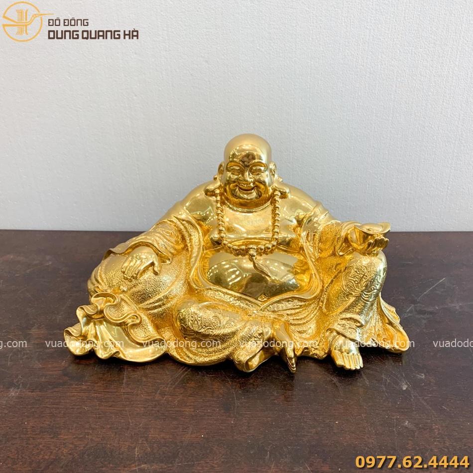 Tượng Di Lặc ngồi nâng kim nguyên bảo dát vàng độc đáo