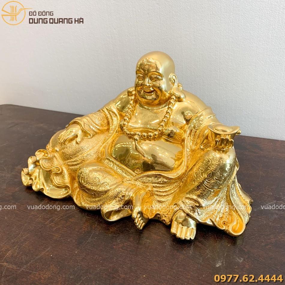 Tượng Di Lặc ngồi nâng kim nguyên bảo dát vàng với sắc thái độc đáo