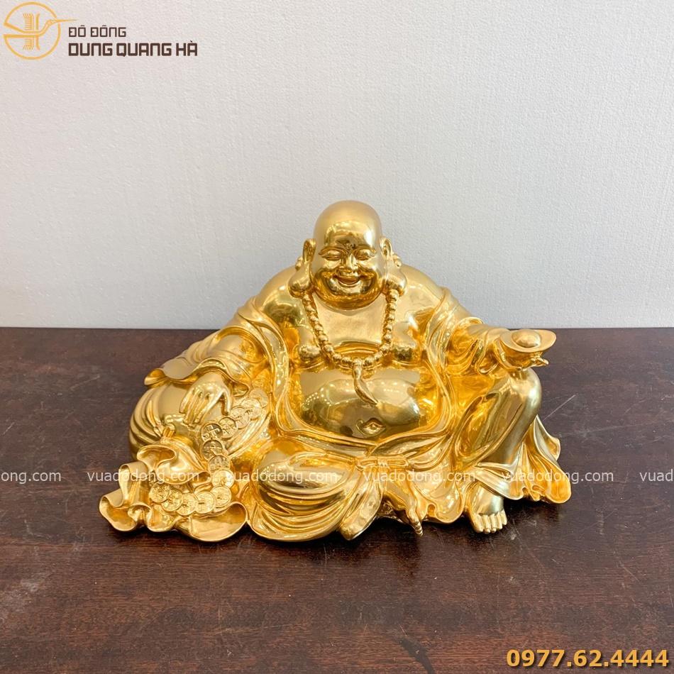 tượng Di Lặc ngồi ôm túi tài lộc dát vàng với tạo hình bắt mắt
