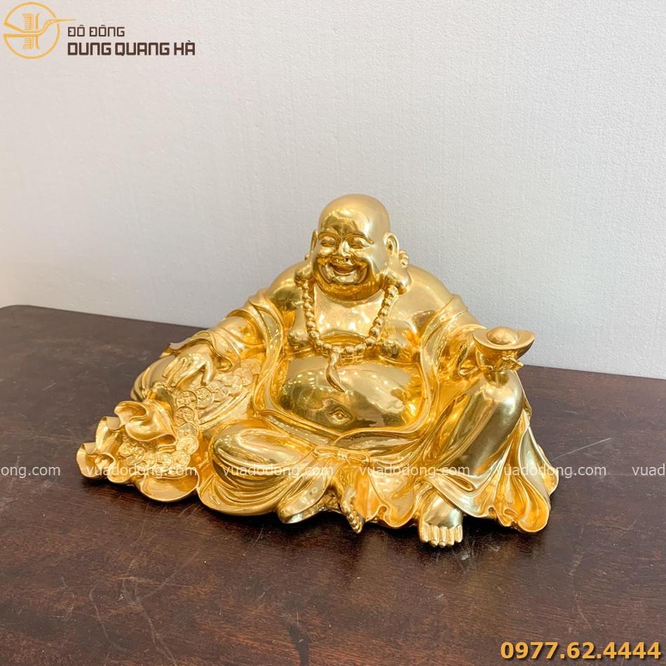 tượng Di Lặc ngồi ôm túi tài lộc dát vàng với thiết kế tinh xảo