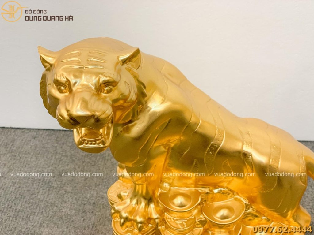 Tượng hổ dát vàng với tạo hình bắt bắt