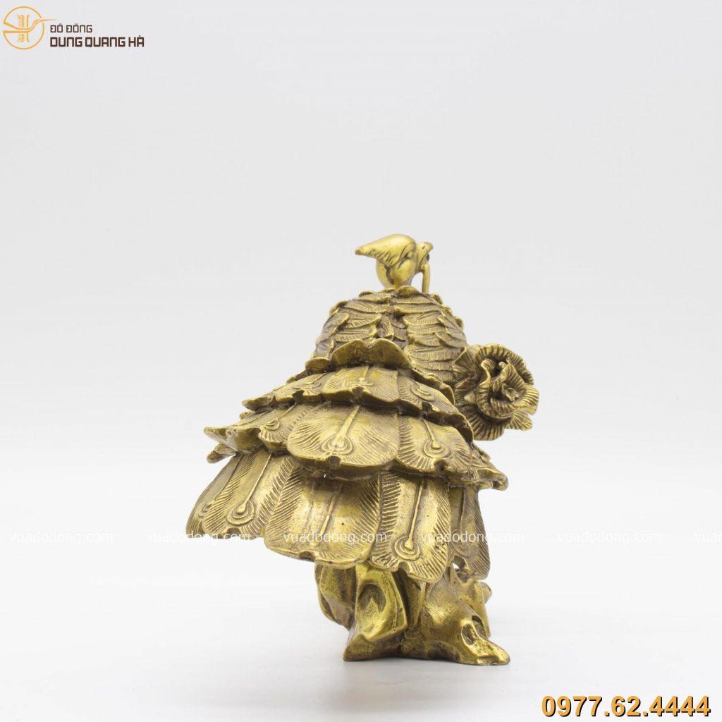 Tượng Khổng Tước ngậm hoa bằng đồng vàng mộc