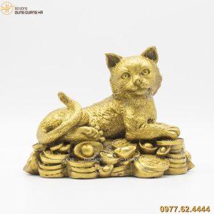 Tượng mèo nằm trên tiền bằng đồng vàng (1)