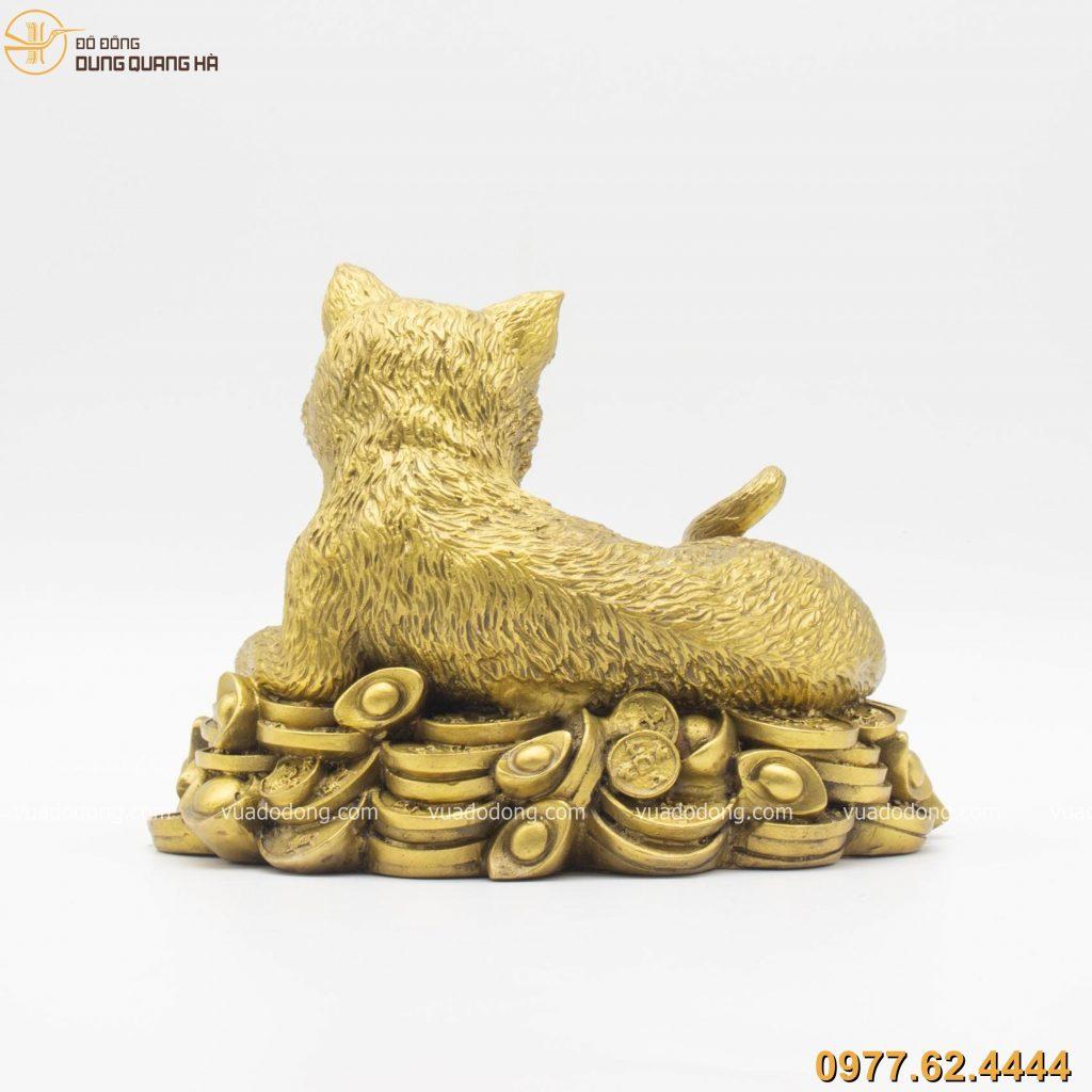 Tượng mèo nằm trên tiền bằng đồng vàng
