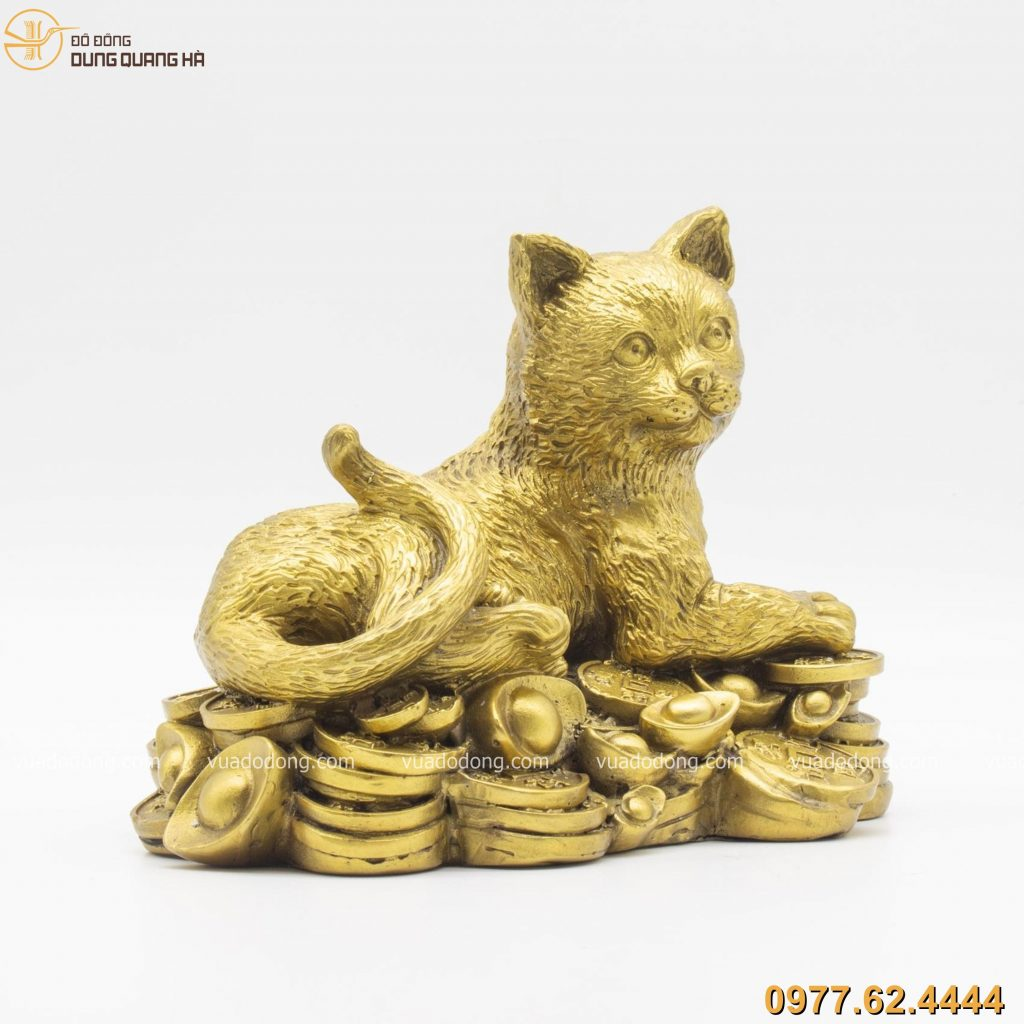 Tượng mèo nằm trên tiền bằng đồng vàng (5)