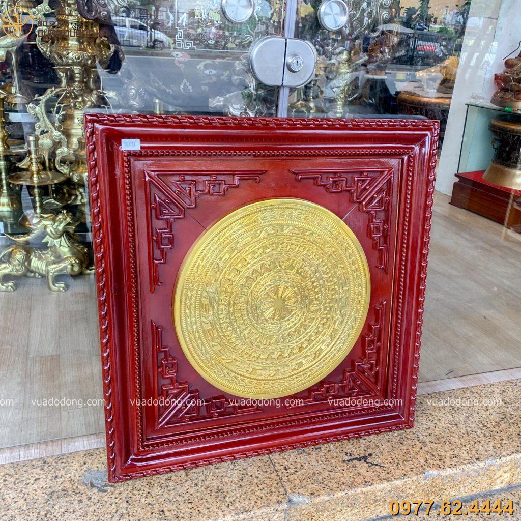 Tranh mặt trống đồng đỏ mạ vàng với thiết kế độc đáo