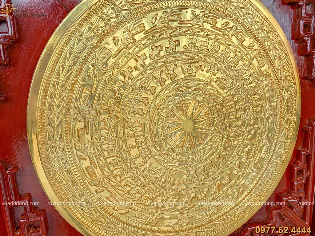 Tranh mặt trống đồng đỏ mạ vàng với họa tiết tinh tế