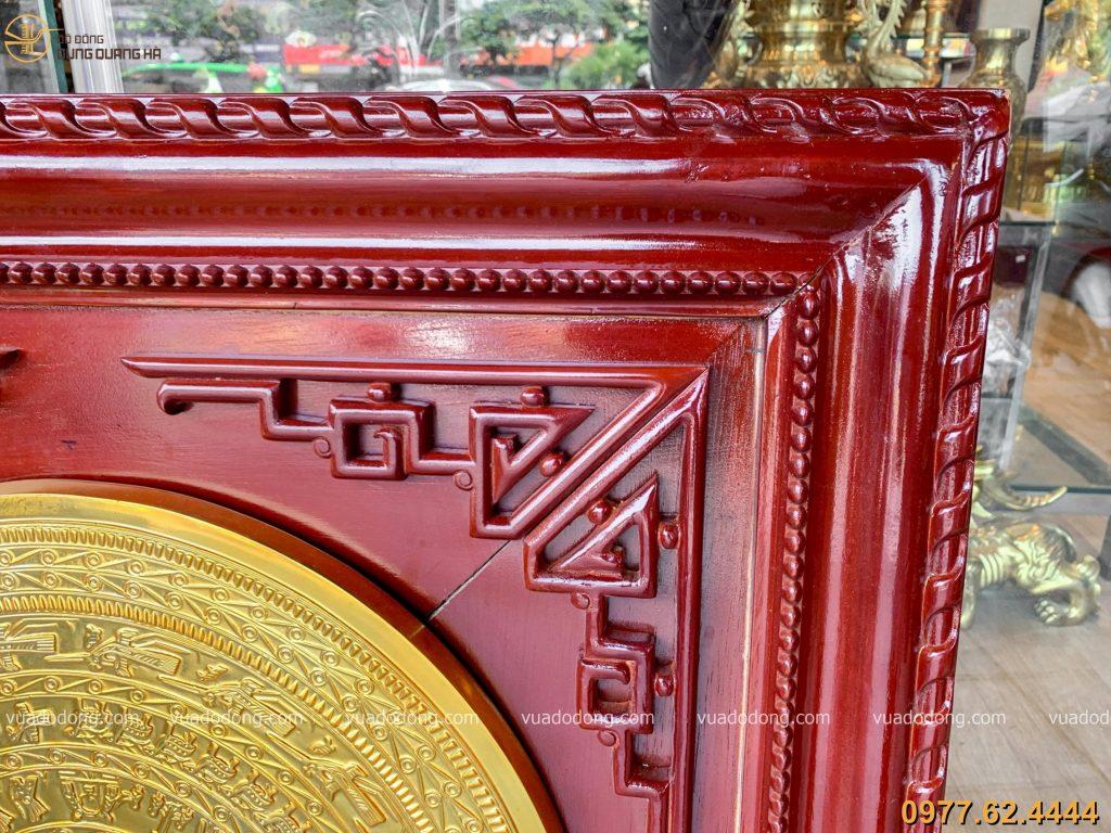 Tranh mặt trống đồng đỏ mạ vàng được thiết kế tỉ mỉ