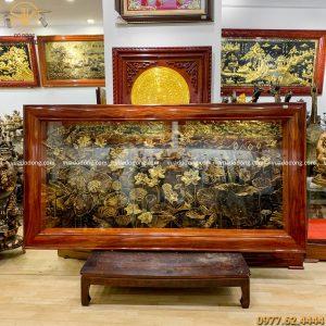 tranh hoa sen đồng vàng xước chìm giả cổ 2m3 x 1m2