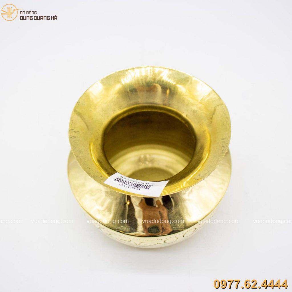 Ống nhổ bã trầu bằng đồng vàng có tạo hình ấn tượng