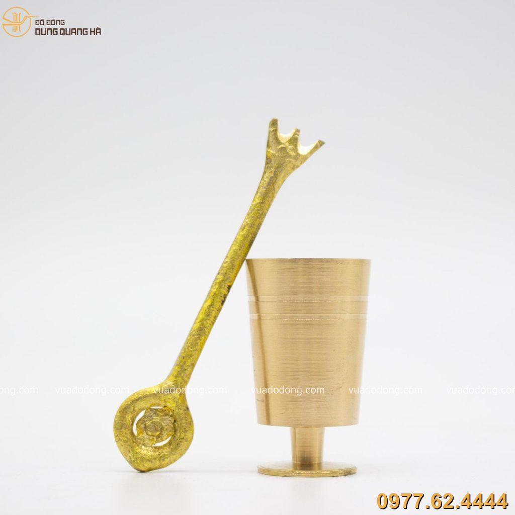 Cối giã trầu bằng đồng vàng đạm nét truyền thống