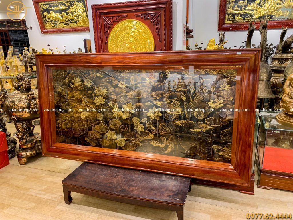 Tranh hoa sen đồng vàng xước phẳng 1m72 x 89 khung trơn