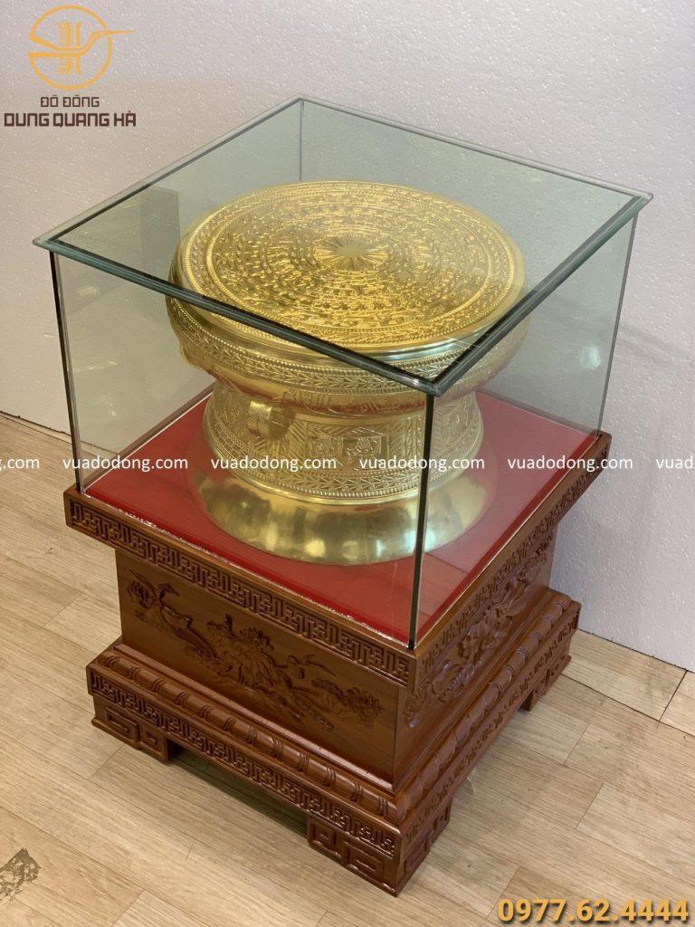 Trống đồng 40cm dát vàng 9999 Đôn gỗ gụ vuông 50cm cao 42cm