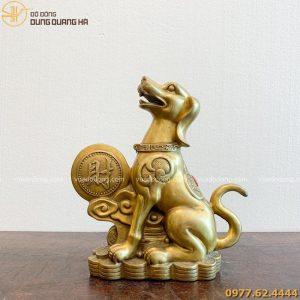 tượng chó bằng đồng vàng đứng cạnh đồng tiền chữ lộc cao 25cm (1)