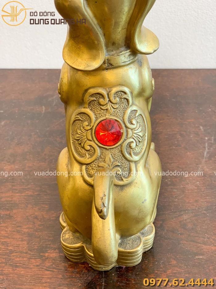 Tượng chó bằng đồng vàng cuốn hút