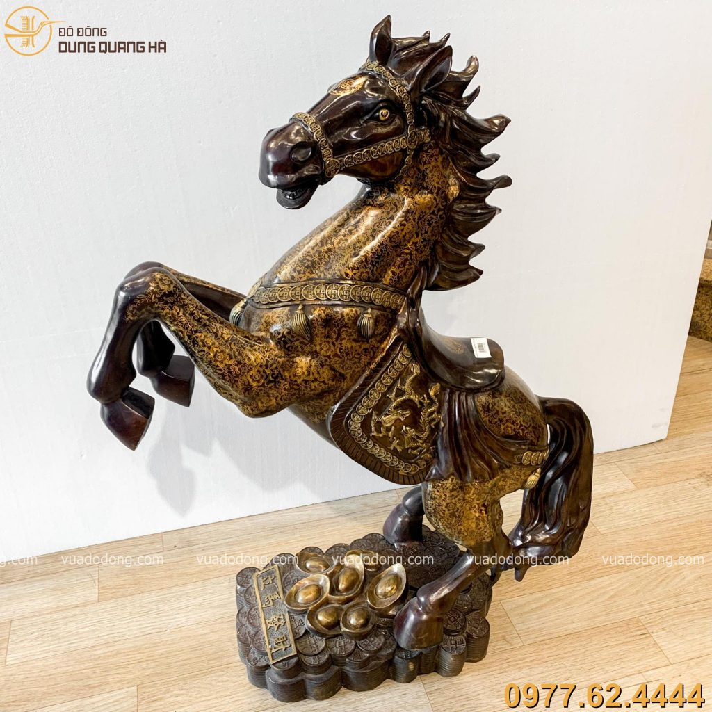 Tượng ngựa hí bằng đồng vàng hun nâu mang vẻ đẹp cuốn hút