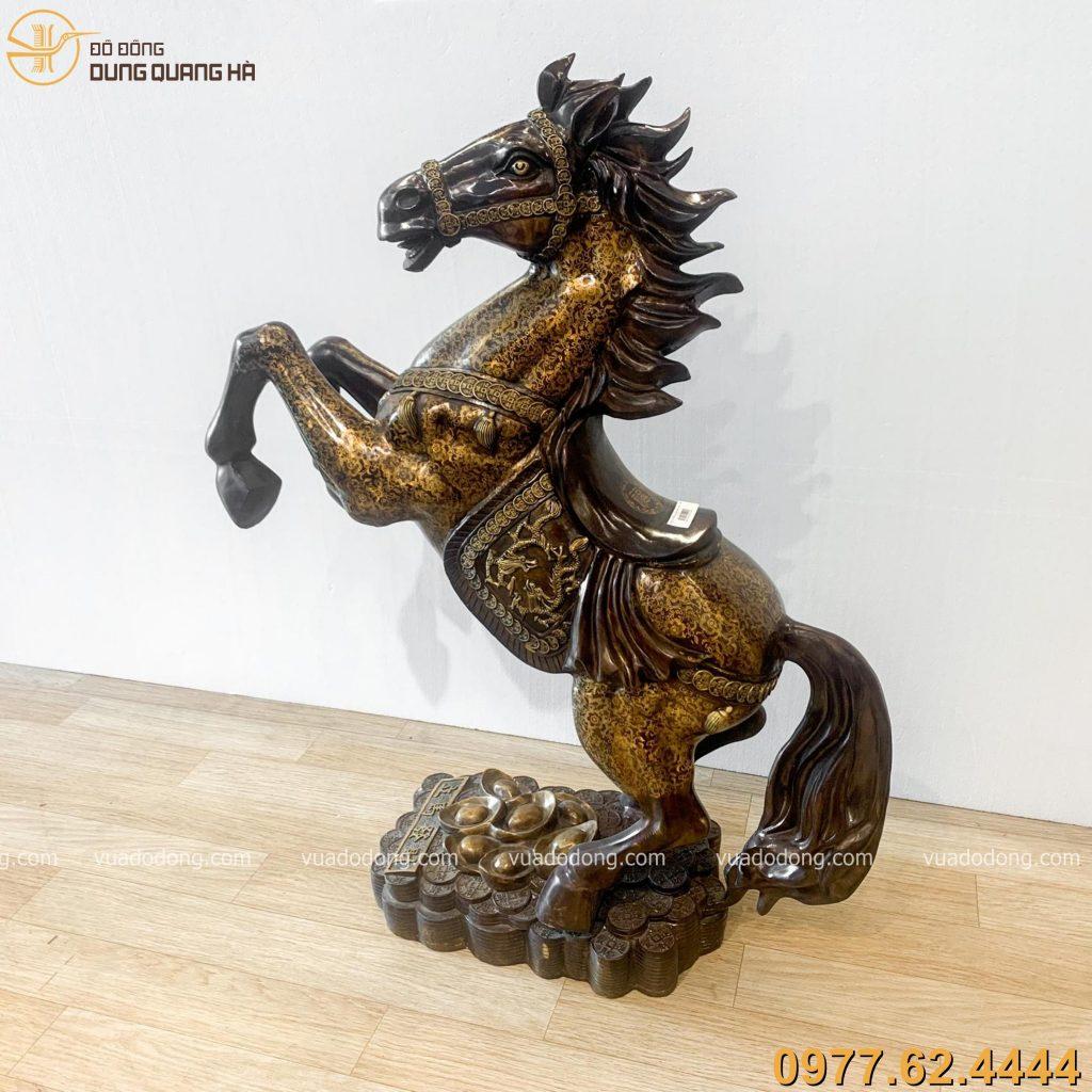 Tượng ngựa hí bằng đồng vàng hun nâu với tạo hình độc đáo