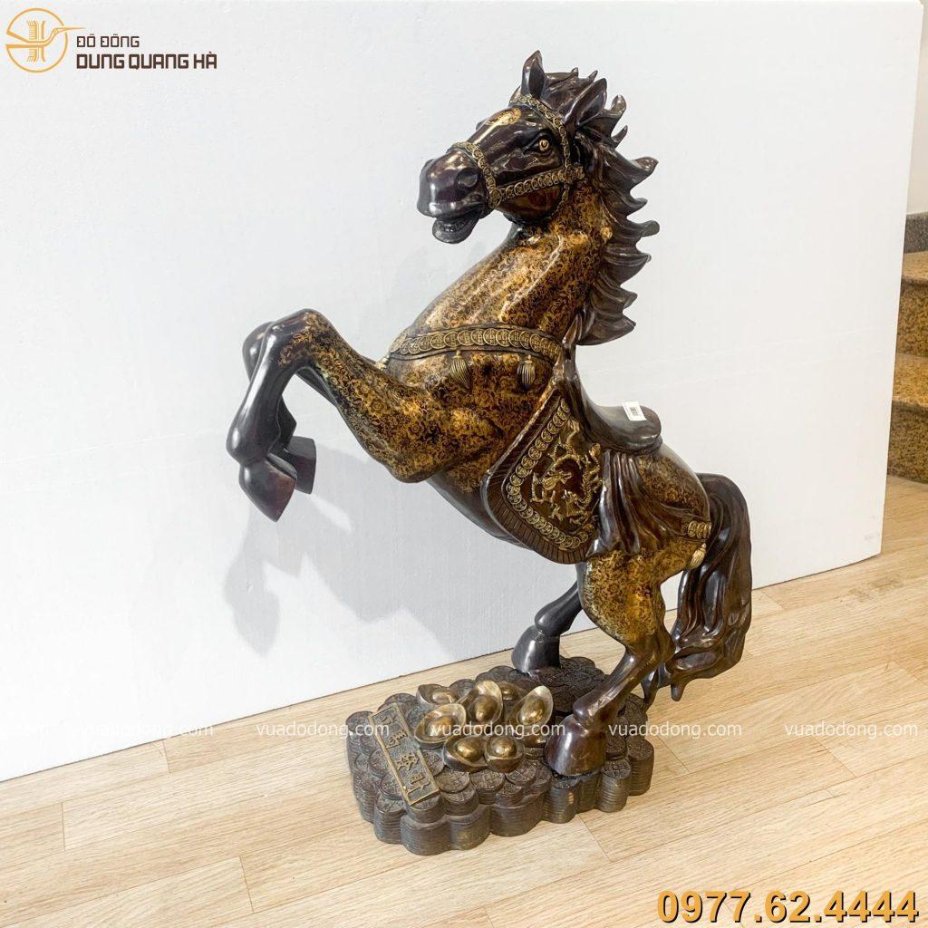 Tượng ngựa hí bằng đồng vàng hun nâu chân thực