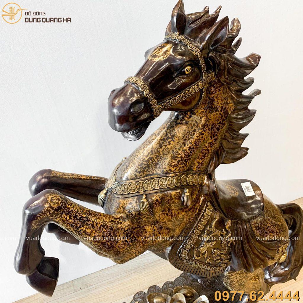 Tượng ngựa hí bằng đồng vàng hun nâu ấn tượng