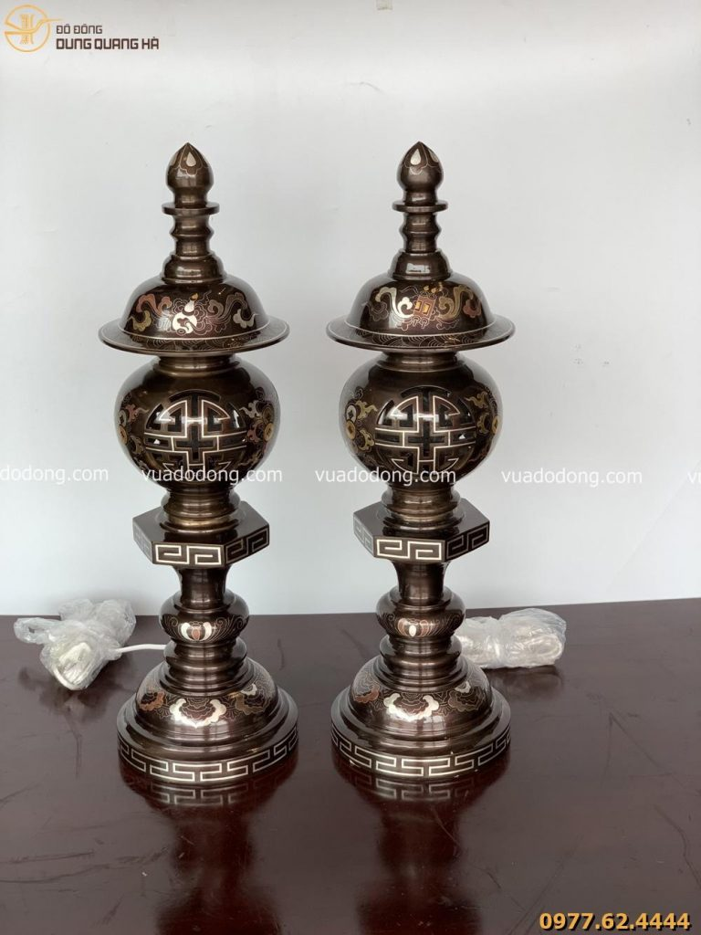 Đôi đèn thờ bằng đồng khảm ngũ sắc