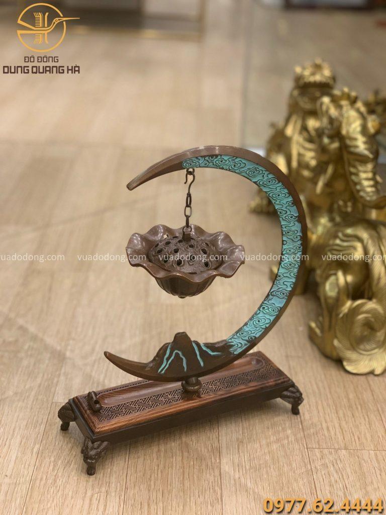 Trầm treo mặt trăng 33 x 25cm bằng đồng vàng hun giả cổ