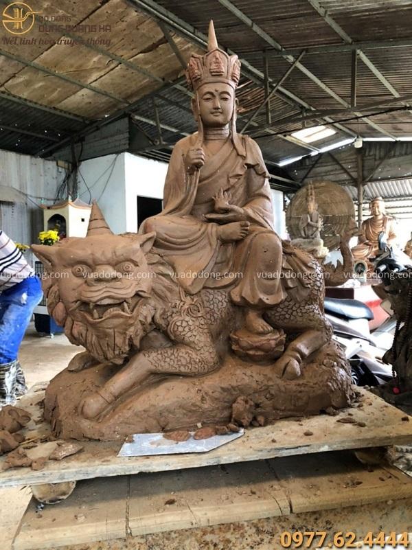 Tượng Bồ Tát Địa Tạng cưỡi sư tử bằng đồng đỏ cạo màu cao 68cm