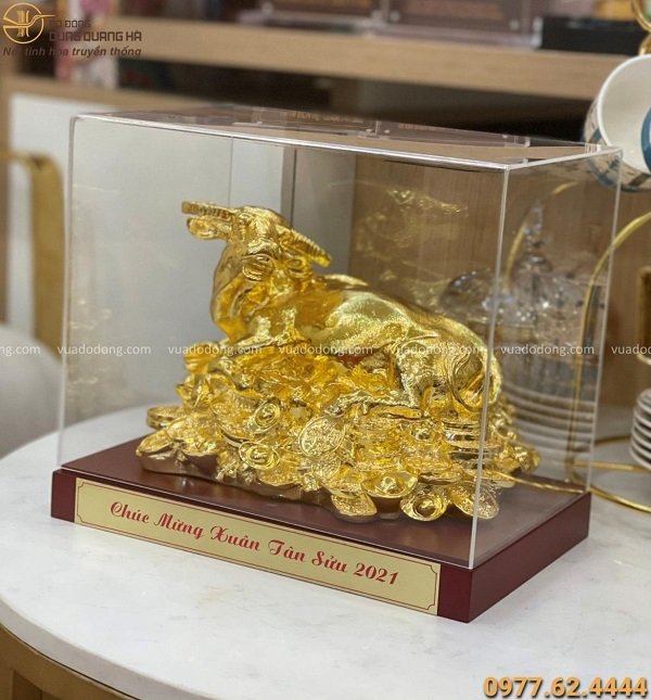 Tượng trâu đồng nằm trên tiền mạ vàng - quà tặng năm Tân Sửu