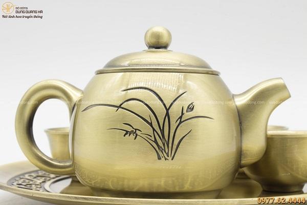 Bộ ấm chén uống trà bằng đồng hoa văn mộc mạc, bình dị