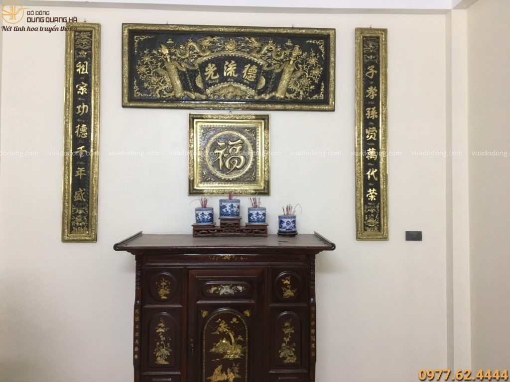 Bộ đại tự câu đối treo trên bàn thờ gia tiên