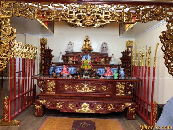 Bộ bát bửu được đặt trang nghiêm trong không gian thờ