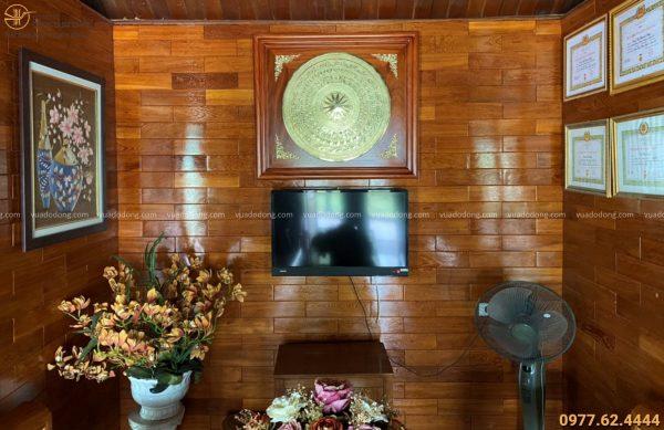 Treo tranh mặt trống trong không gian nhà khách