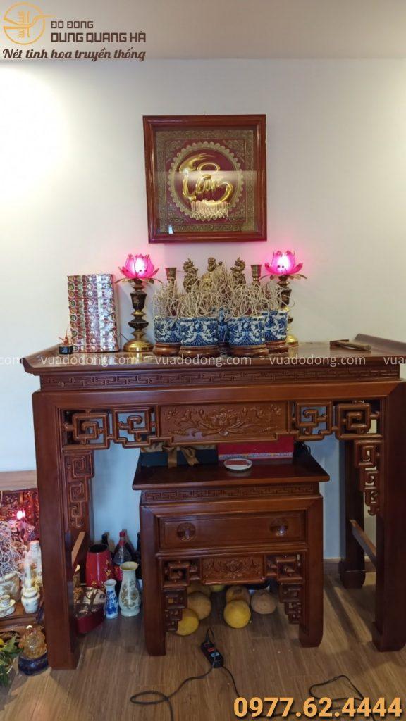 Treo tranh chữ tâm trên bàn thờ gia tiên cho khách