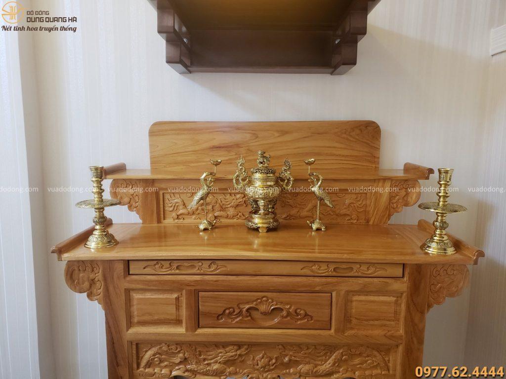 Bộ ngũ sự bằng đồng chạm rồng trên bàn thờ gia tiên nhà khách