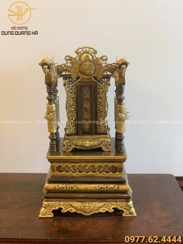 Ngai thờ bằng đồng vàng cao 68cm và bài vị cửu huyền thất tổ cao 40cm x 20 cm