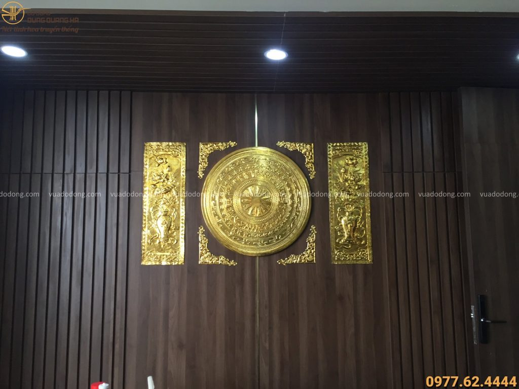 Treo mặt trống đồng hoa sen mạ vàng 24k tại nơi làm việc cho khách