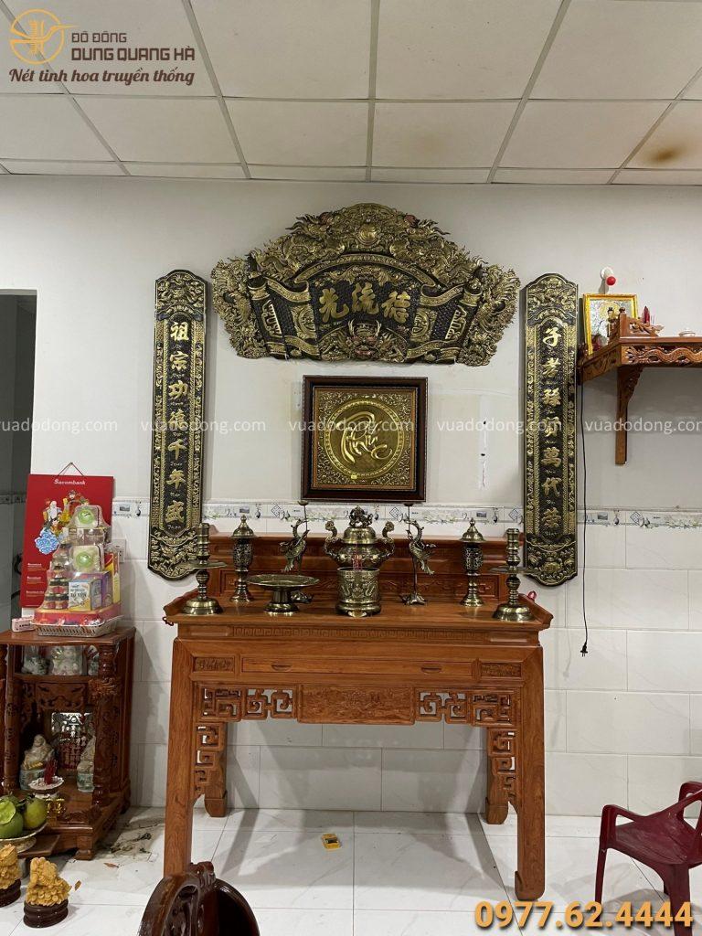 Cuốn thư câu đối và bộ đồ thờ trên bàn thờ gia tiên
