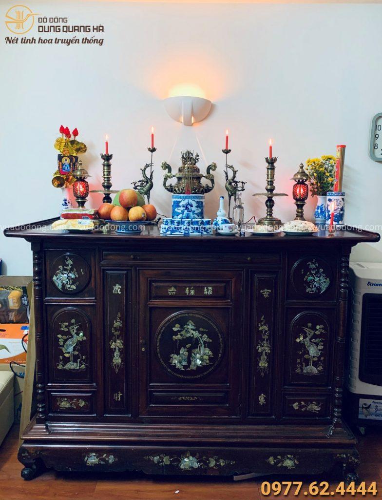 Bộ ngũ sự và đôi đèn đồng thờ trên bàn thờ gia tiên